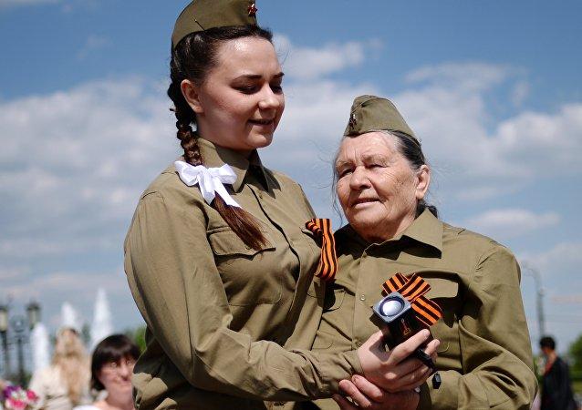 Menina dança com veterana de guerra na festa em comemoração dos 71 anos da Vitória na Grande Guerra Patriótica, Moscou, Rússia, 9 de maio de 2016