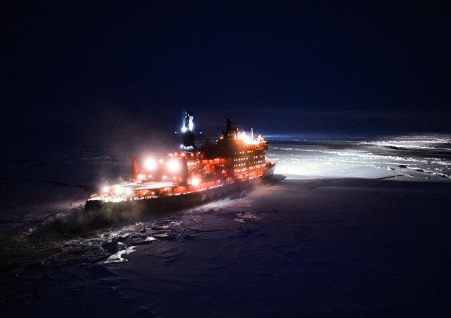 Imagem do quebra-gelo nuclear 50 Let Pobedy navegando para o Polo Norte