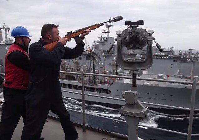 Eficiência naval: navio-tanque efetua duplo reabastecimento em andamento