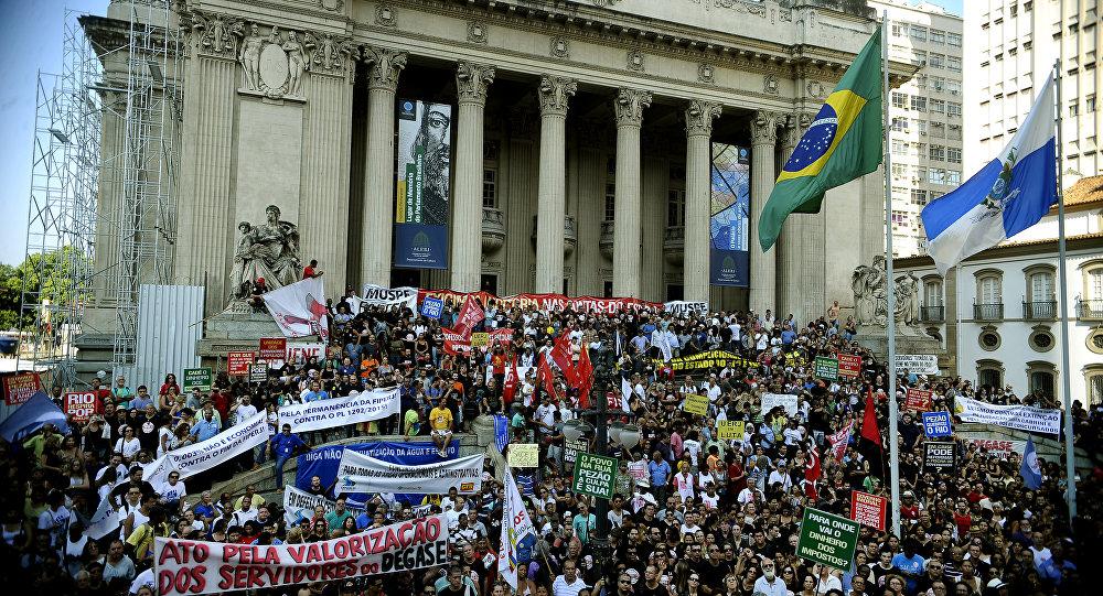 Protesto de servidores estaduais na Assembleia Legislativa no  Centro do Rio de Janeiro