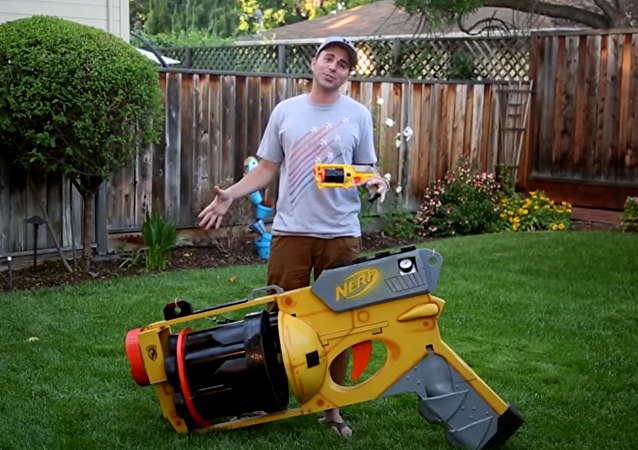 a maior pistola de dardos Nerf Gun em ação