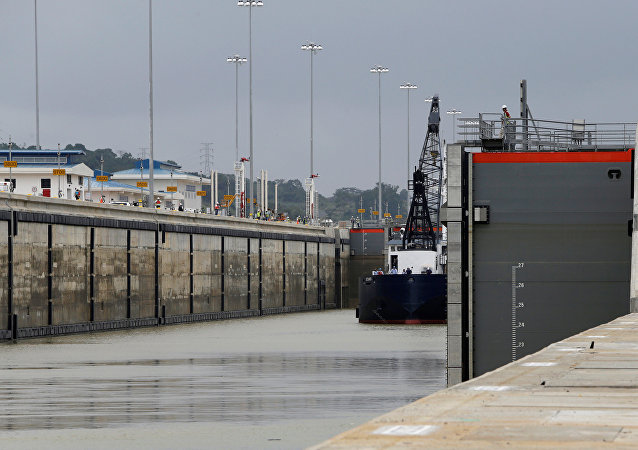 Esta foto de 20 de junho de 2016 mostra a abertura de uma porta no canal do Panamá, deixando passar o navio Oceanus para fazer teste