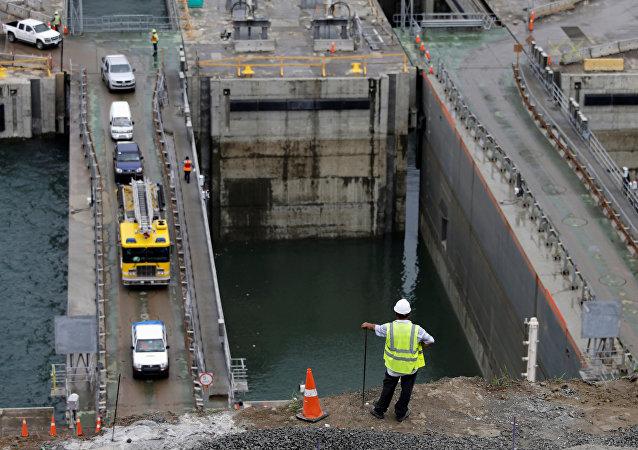 Dono do portão transoceânico: um operário olha, no dia 10 de junho de 2016, a porta flutuante nas esclusas de Água Clara do Canal de Panamá ampliado