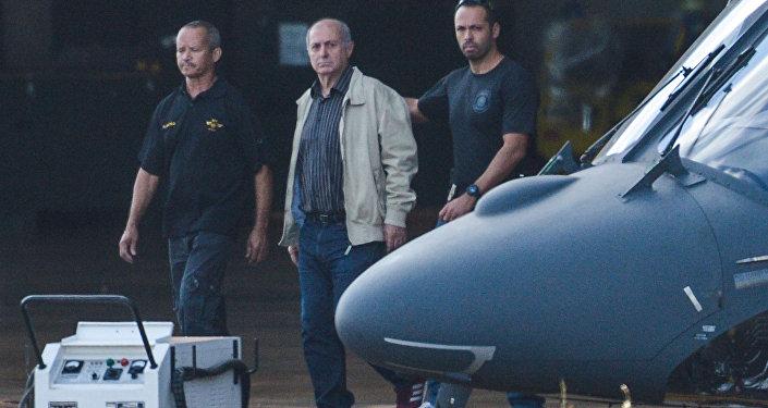 Paulo Bernardo é levado por Agentes para o avião da Polícia Federal rumo a São Paulo