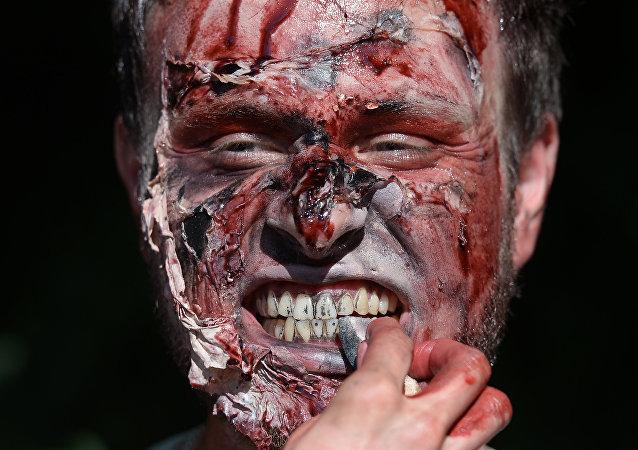 Participante da festa de zumbis faz maquiagem (foto de arquivo)