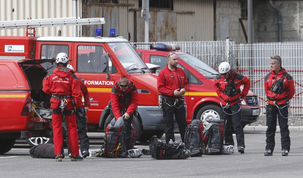 Bombeiros se preparam para ir ao local do acidente da avião na França