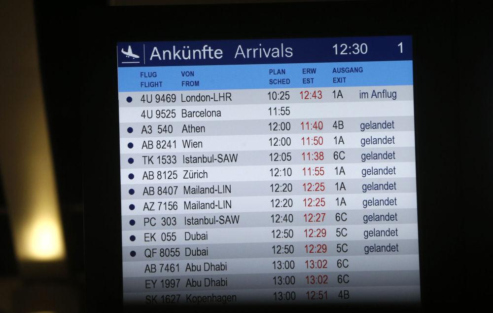 Placa de chegadas no aeroporto de Duesseldorf