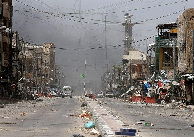 Esta foto de 27 de junho de 2016 mostra mais uma rua no centro de Fallujah, no Iraque, patrulhada pelas forças governamentais do Iraque após ser libertada do Daesh