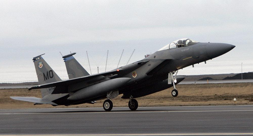 Caça F15 aterrisa na base aérea de  Keflavik na Islândia, em 24 de fevereiro, 2006