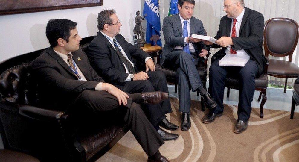 O secretário-geral da Mesa do Senado, Luiz Fernando Bandeira de Melo, recebe o laudo de João Henrique Pederiva (D), da Consultoria de Orçamentos