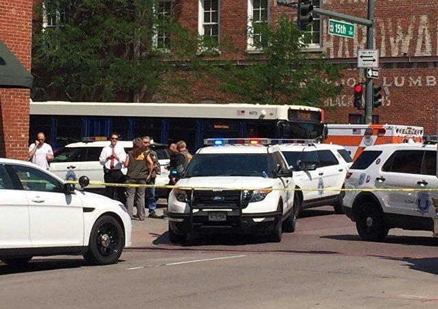 Veículos da polícia ocupam esquina da 15ª com a Wynkoop após um tiroteio ser relatado na cidade de Denver, estado do Colorado, nos EUA