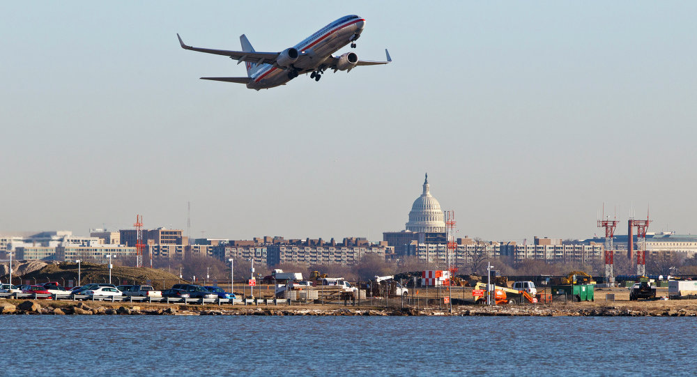 Uma aeronave da American Airlines decola do aeroporto nacional Reagan em Washington