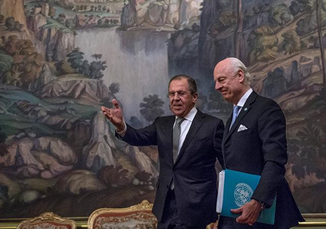 Staffan de Mistura durante um encontro com o ministro russo das Relações Exteriores, Sergei Lavrov (foto de arquivo)