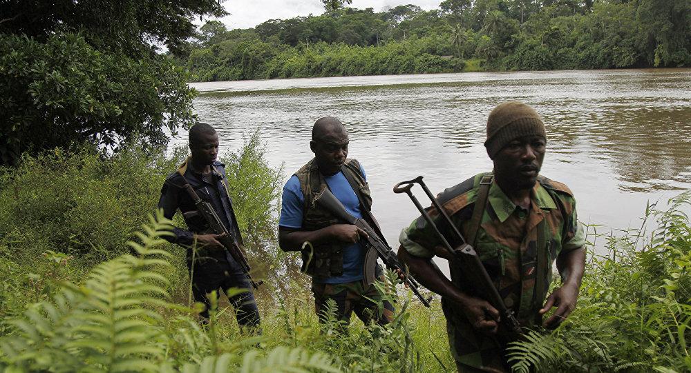 nesta foto de 21 de maio de 2016, um grupo de soldados da Costa do Marfim patrulham uma area abandonada em 2011, na fronteira do país com a Libéria, assolada então por uma guerra civil
