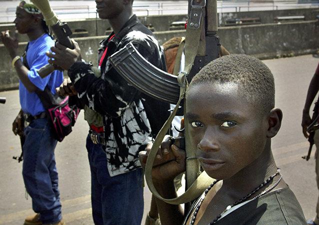 Um grupo de soldados do exército liberiano guardam a ponte de São Paulo em Monrovia, capital da Libéria, em 29 de junho de 2003, pouco antes do fim da guerra civil