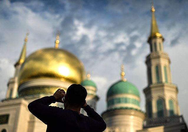 Um muçulmano fotografa a Grande Mesquita de Moscou durante a celebração de Eid al-Adha em 2016