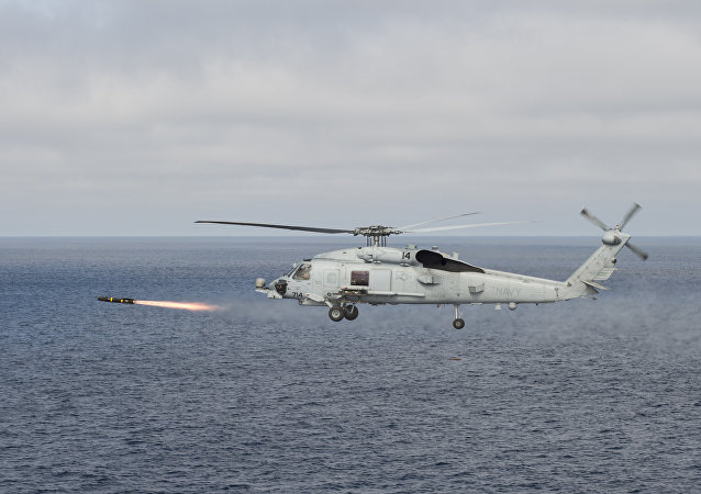 Um helicóptero médio multifuncional Sikorsky SH-60 Seahawk