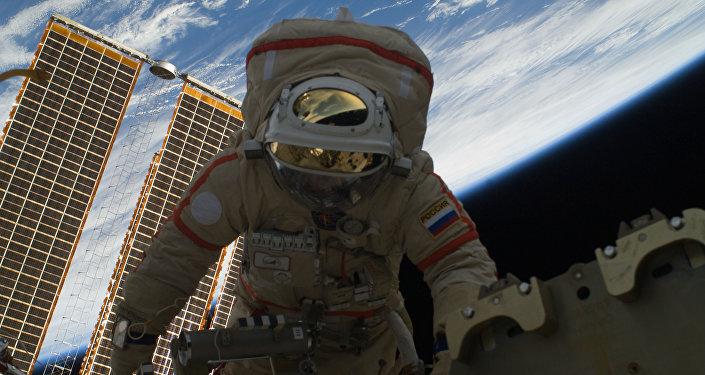 Cosmonauta russo Oleg Kotov durante passeio espacial