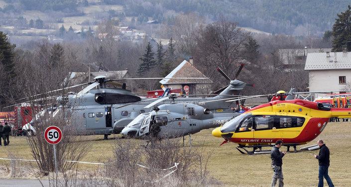 Helicópteros da Força Aérea francesa e de serviços de segurança próximos ao local do acidente do Airbus A320, na França