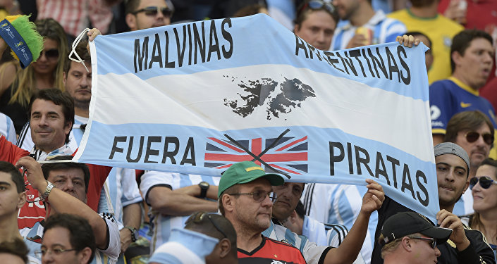 Torcedores seguram uma faixa com os dizeres 'Malvinas Argentinas - fora piratas', durante as quartas de final da Copa do Mundo de 2014 entre Argentina e Bélgica
