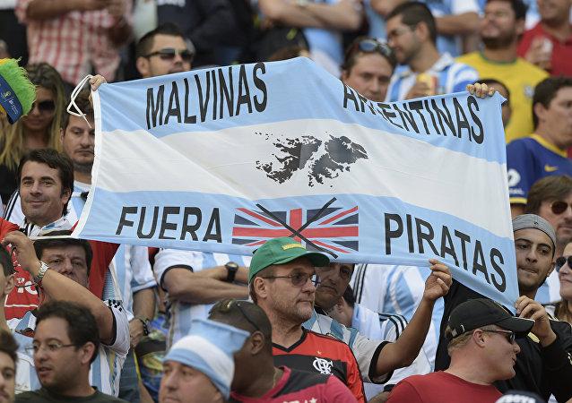 Torcedores seguram uma faixa com os dizeres Malvinas Argentina - fora piratas, durante as quartas de final da Copa do Mundo de 2014 entre Argentina e Bélgica