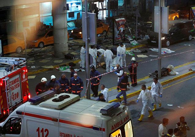 Funcionários no aeroporto de Istambul após atentado em 28 de junho