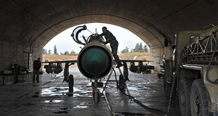MiG-21 da Força Aérea síria está sendo preparado para missão