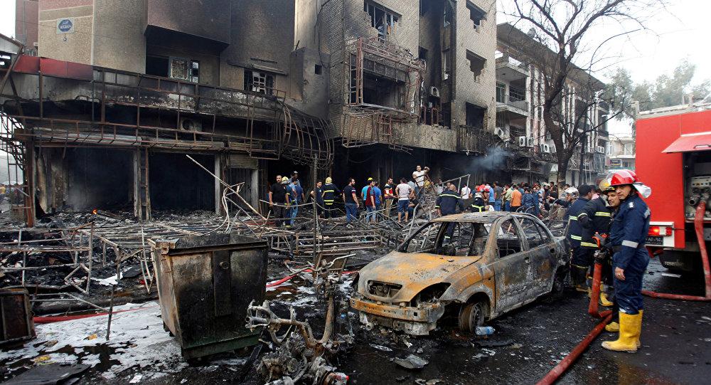 Local de explosão de carro-bomba, em Karrada, Bagdá, Iraque