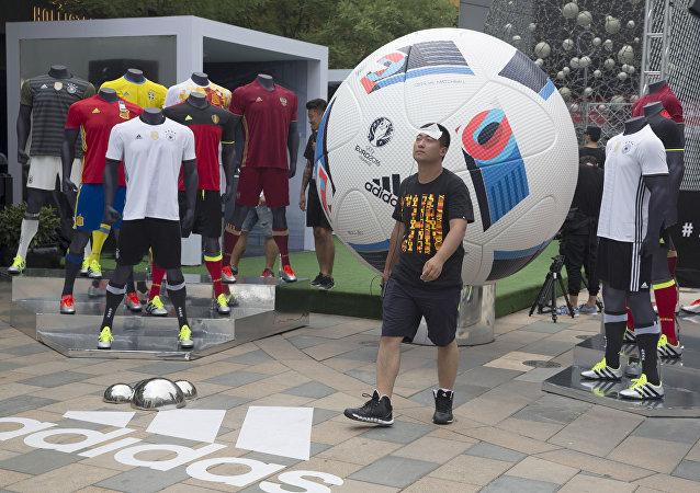 Estande promocional de futebol montado durante a Euro 2016 em Pequim, China