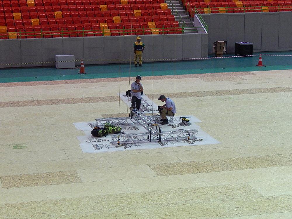 Operários trabalhando na Arena do Futuro