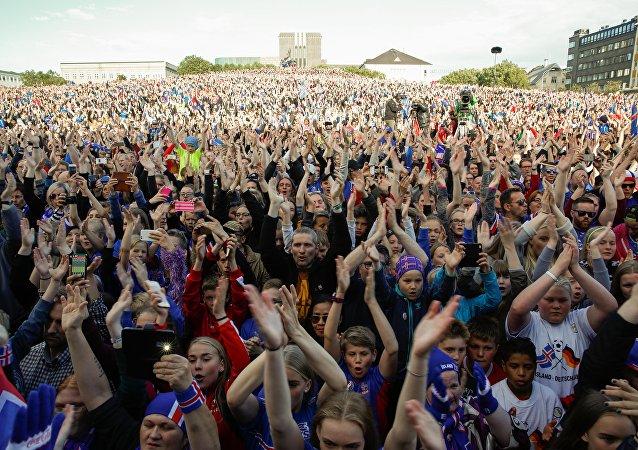 Torcedores da Islândia homenageando a seleção nacional que disputou a Eurocopa de 2016