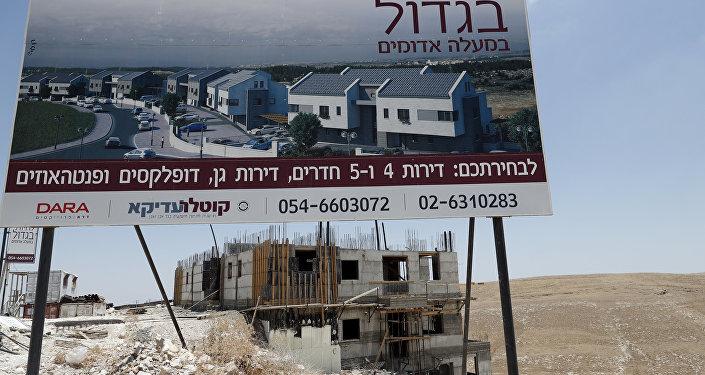 A construção de moradias para judeus na margem ocidental do rio Jordão