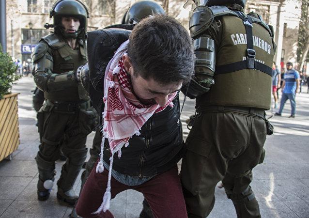 Estudante chileno no protesto contra reformas educacionais do governo em Santiago, 5 de julho de 2016