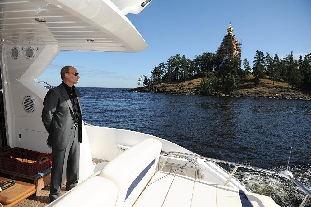Vladimir Putin na lancha antes de visitar o convento Spaso-Preobrazhensky em 2011.