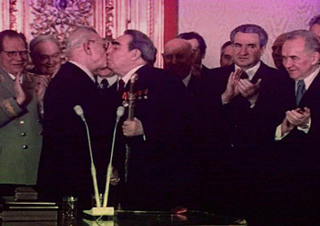 Um beijo fraternal de Brezhnev