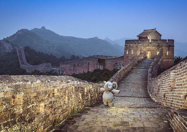 Elefante de pelúcia fica admirado caminhando pela Grande Muralha