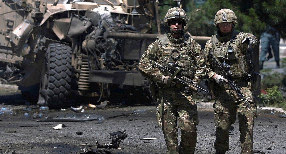 Soldados da OTAN após atentado com carro-bomba no Afeganistão