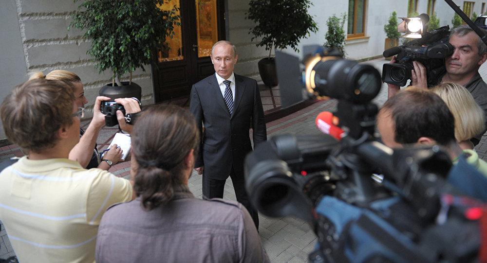 Presidente russo Vladimir Putin fala aos jornalistas na sua residência em Sochi, Rússia (foto de arquivo)