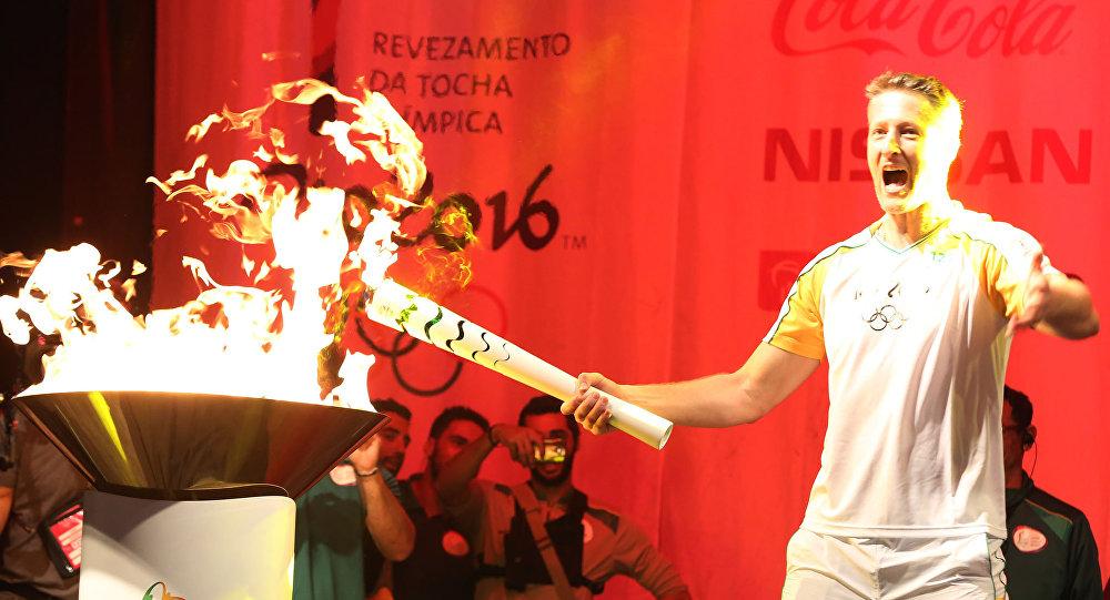 Gustavo Endres acende a pira olímpica após o revezamento da tocha em Passo Fundo, no Rio Grande do Sul