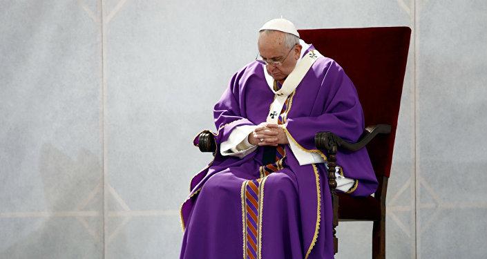 Papa Francisco em oração.
