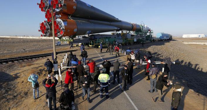 Instalação da nave espacial Soyuz TMA-16M na plataforma de lançamento em Baikonur