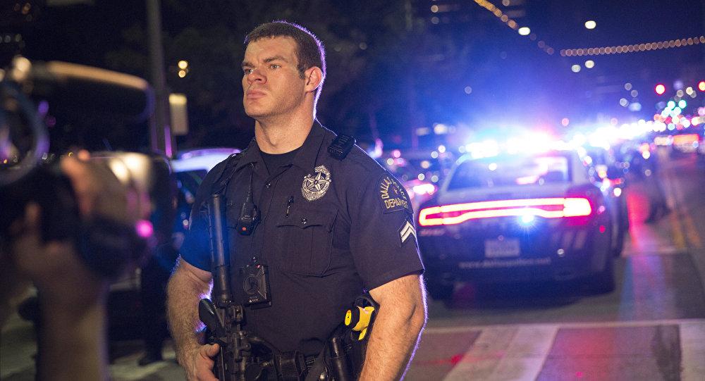 Para ilustrar: Policial norte-americano guarda o local do incidente em Dallas, EUA, 7 de julho de 2016