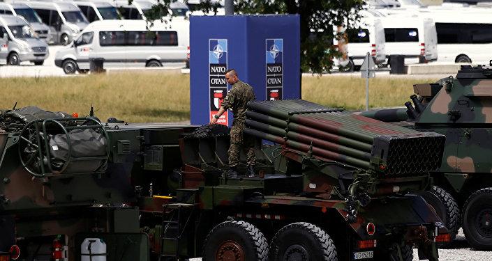 Soldado polonês prepara material bélico na véspera da cúpula da OTAN em Varsóvia, 2016