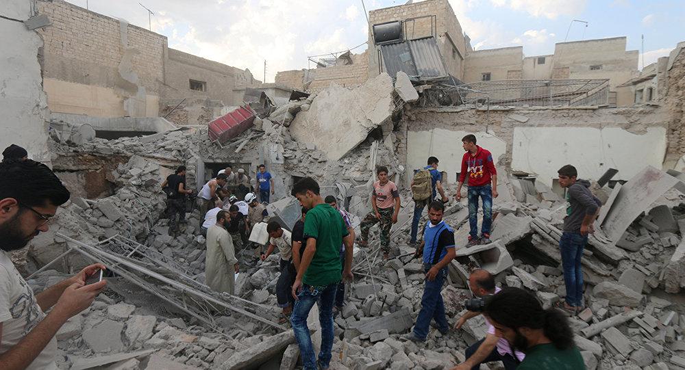 Homens procuram por sobreviventes sob os escombros de um edifício danificado após um ataque aéreo em Aleppo realizado pelos rebeldes na área de Qadi Askar, Síria 08 de julho de 2016.