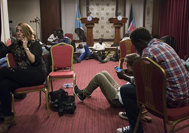 Jornalistas durante confrontos ao lado do palácio presidencial em Yuba, Sudão do Sul