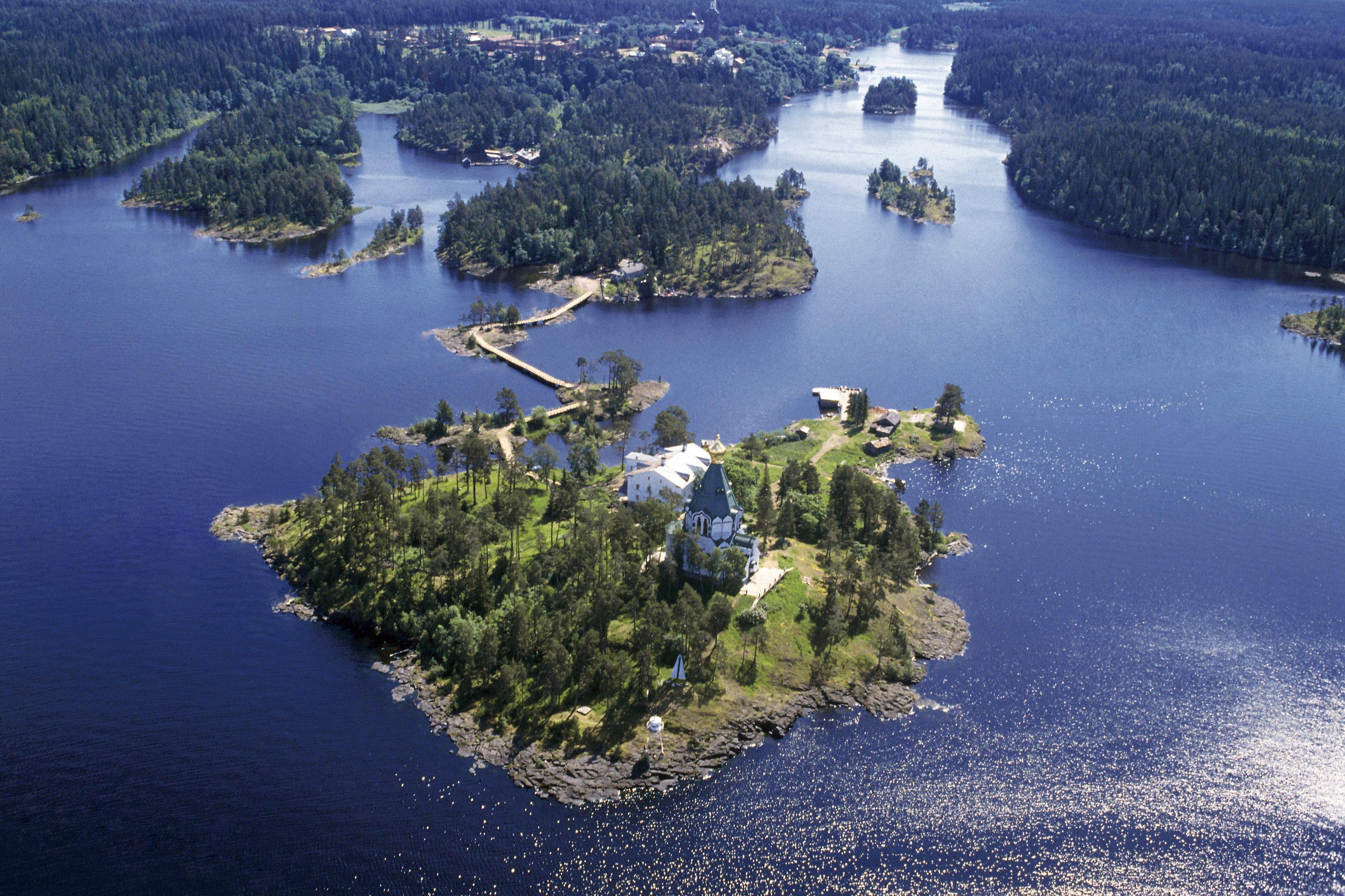 Vista pelo arquipélago de Valaam, lado Ladoga, repúblia de Carélia, Rússia (foto de arquivo)
