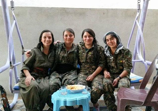 Grupos armados de mulheres yazidis lutam contra terroristas de Daesh