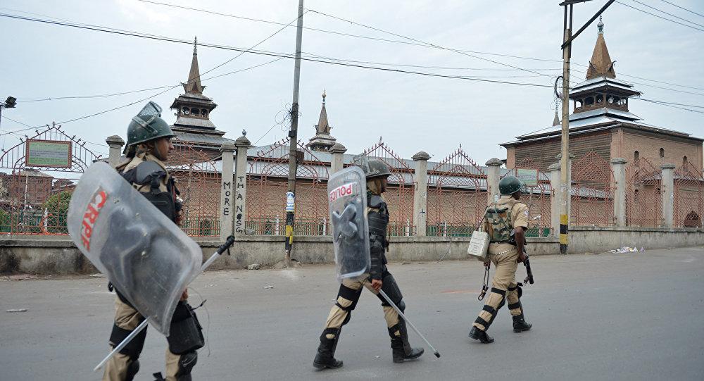 Soldados das tropas paramilitares indianas patrulham perto de mesquita Jamia Masjid, Srinagar, Jammu e Caxemira, Índia, 12 de julho de 2016