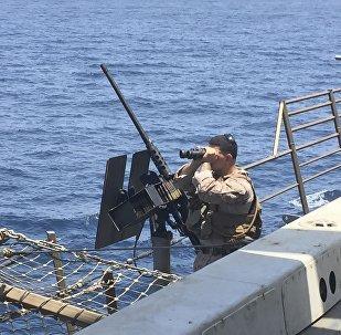 Um artilheiro a bordo do navio americano New Orleans no Estreito de Hormuz