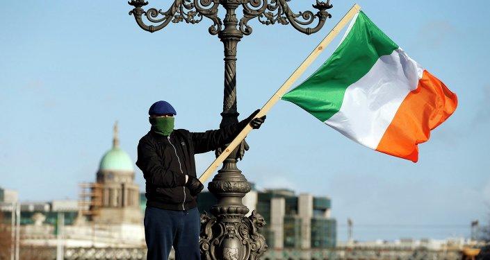 Manifestante exibe bandeira da Irlanda em Dublin (arquivo)